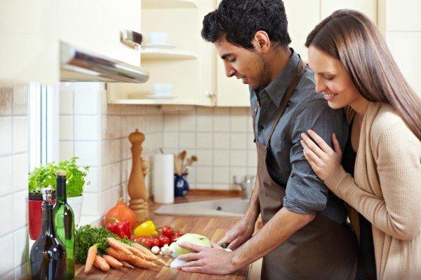 Супруги вместе готовят