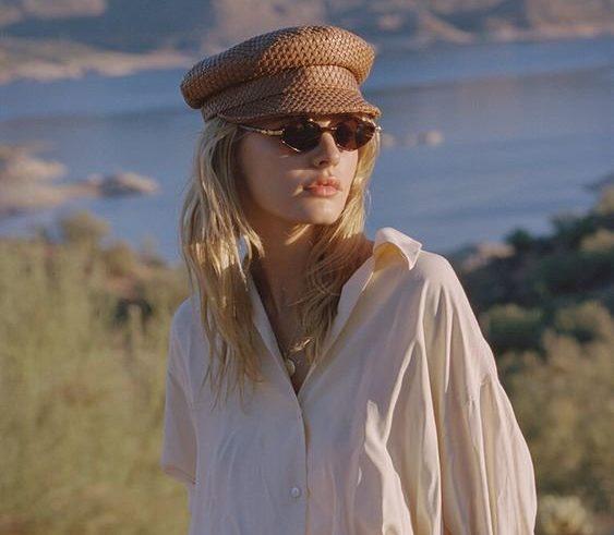 Стильный летний образ с кепкой и очками