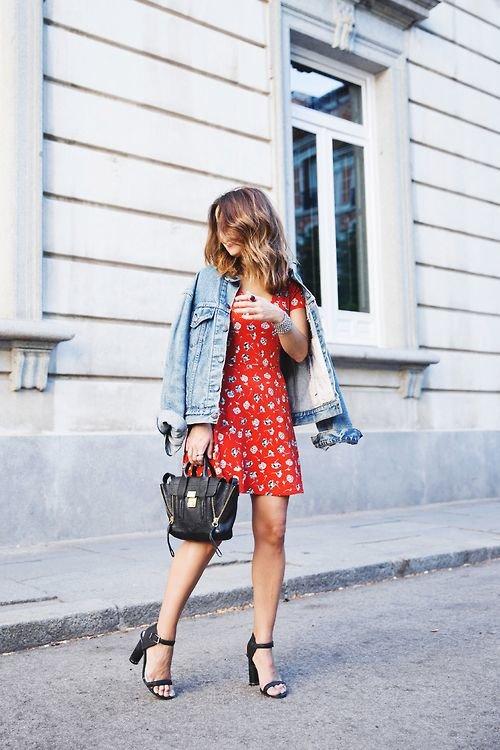Легкое платье с курткой из денима