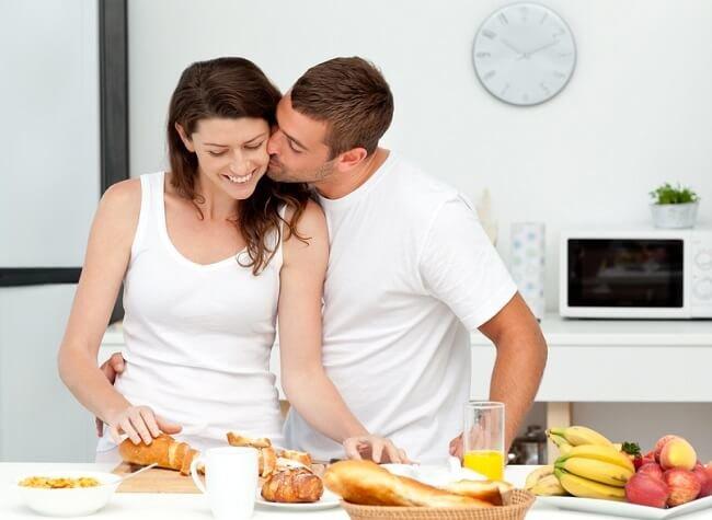 Супруги готовят ужин вместе