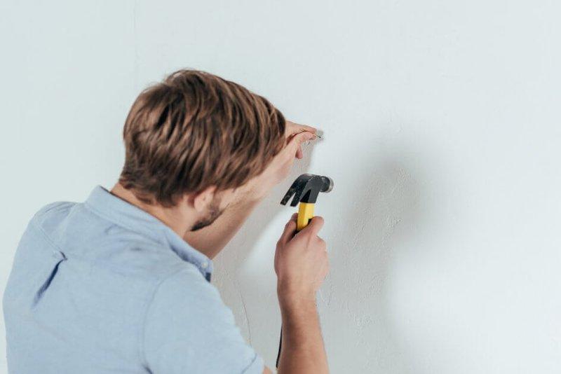 Мужчина занимается ремонтом