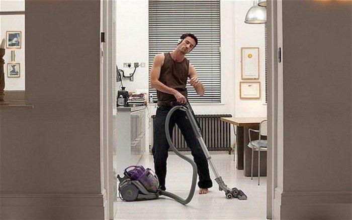 Мужчина убирает в квартире