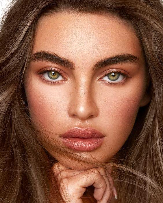 Красивый нюдовый макияж для загорелой девушки
