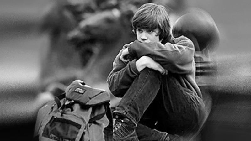 Одинокий мальчик в парке