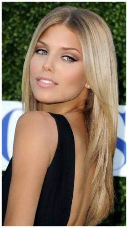 Красивая девушка с длинными светлыми волосами