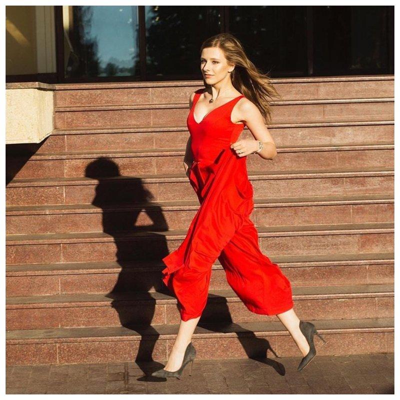 Лиза Арзамасова портрет в красном наряде