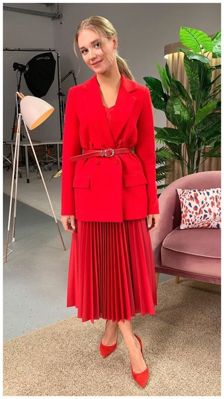 Кристина Асмус в красном наряде