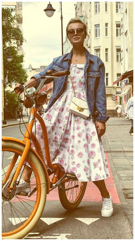 Гагарина на велосипеде в Париже