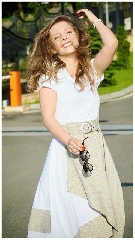 Лиза Арзамасова в платье в нежном светлом образе