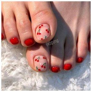 Вишенки на ногтях ног