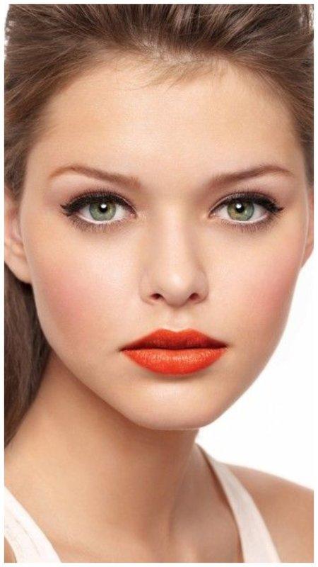 Блондинка с зелеными глазами и морковными губами