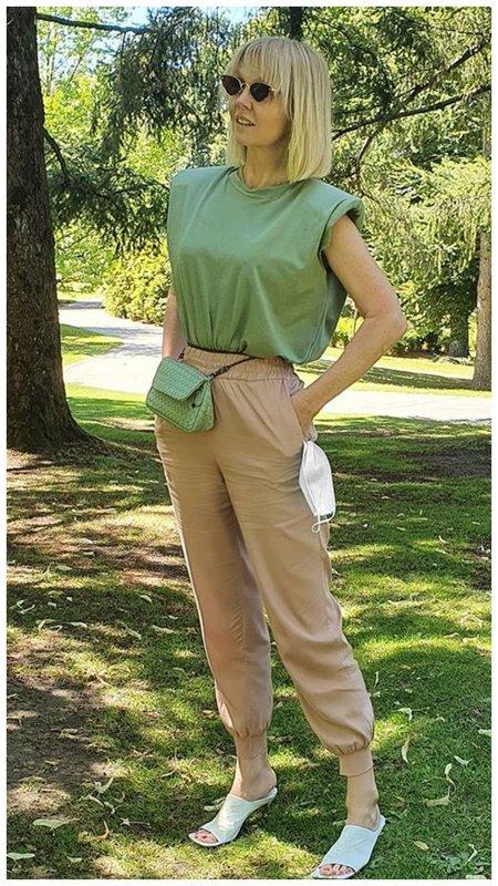 Валерия в модной оливковой футболке
