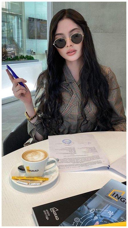 Алена Шишкова в очках