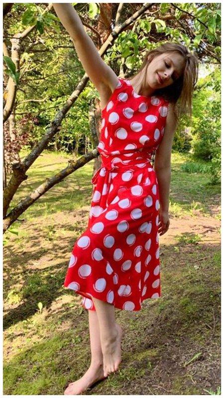 Лиза Арзамасова в красном платье