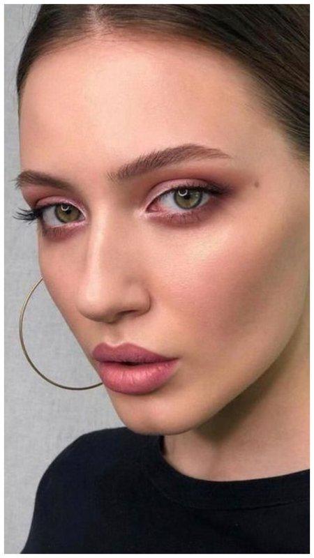 Легкий макияж на каждый день с розовыми тенями