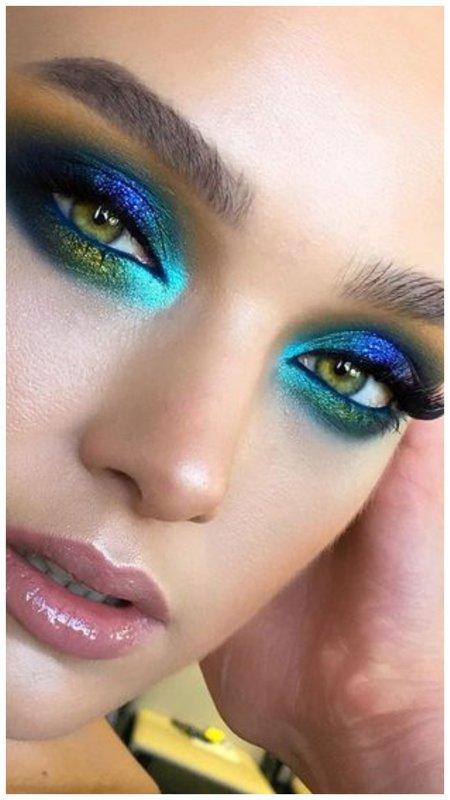 Очень яркий вид макияжа