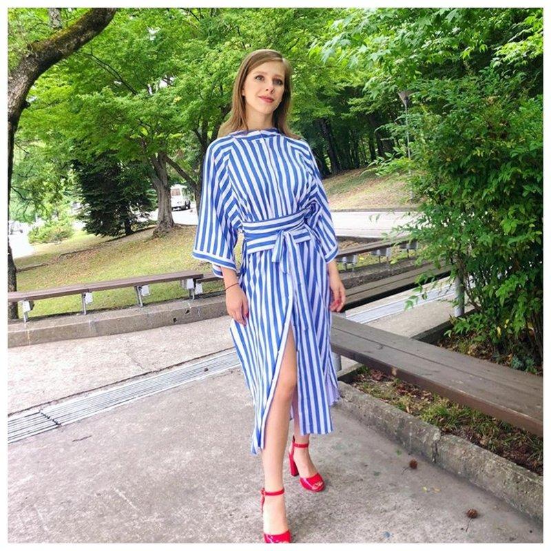 Лиза Арзамасова в платье в полоску