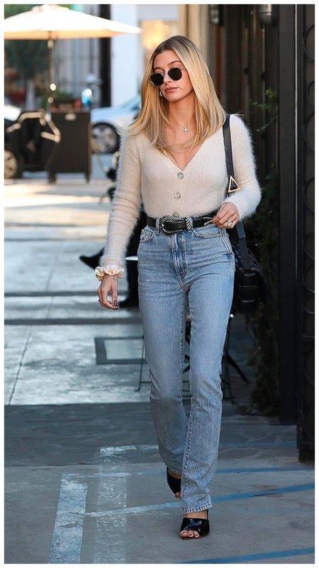 Хейли бибер в кардигане и джинсах