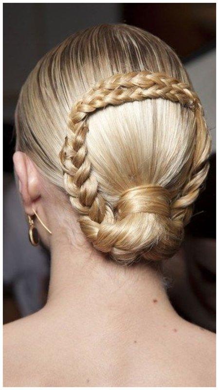 Подиумная прическа с косами