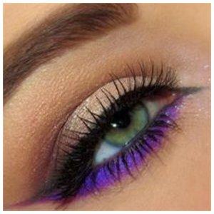 Красивый макияж с фиолетовой подводкой