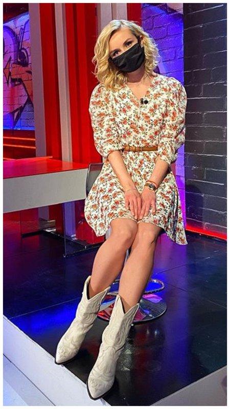 Полина Гагарина в платье с цветами и в казаках
