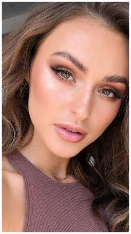 Красивая девушка с макияжем в коричневых тонах