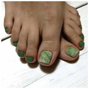 Классный педикюр в зеленом цвете