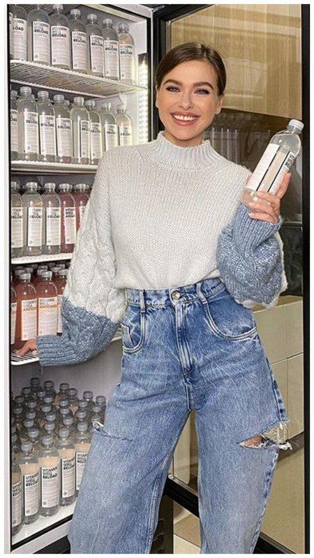 Лена Темникова джинсы с прорезями