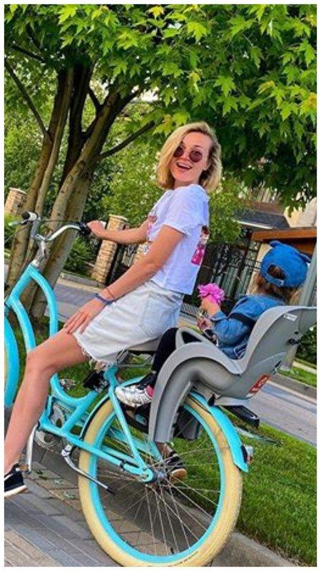 Полина Гагарина с дочкой на велосипеде