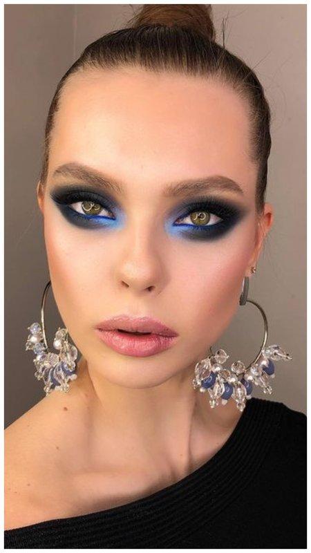 Девушка с синим макияжем для зеленых глаз