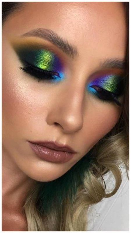 Красивый яркий макияж в вертикальной технике