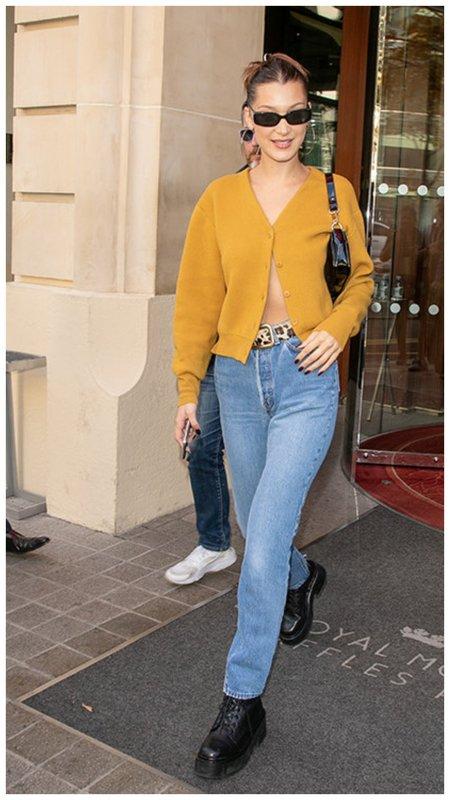 Белла Хадид в кардигане и джинсах