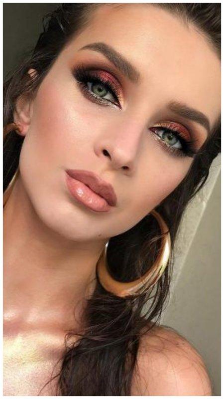 Девушка с красивым макияжем глаз