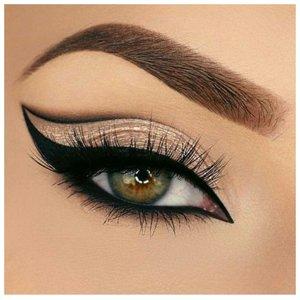 Востояный макияж для зеленых глаз с двойной стрелкой