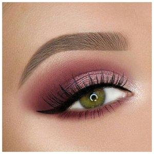Вечерний макияж для зеленых глаз в технике перо со стрелкой