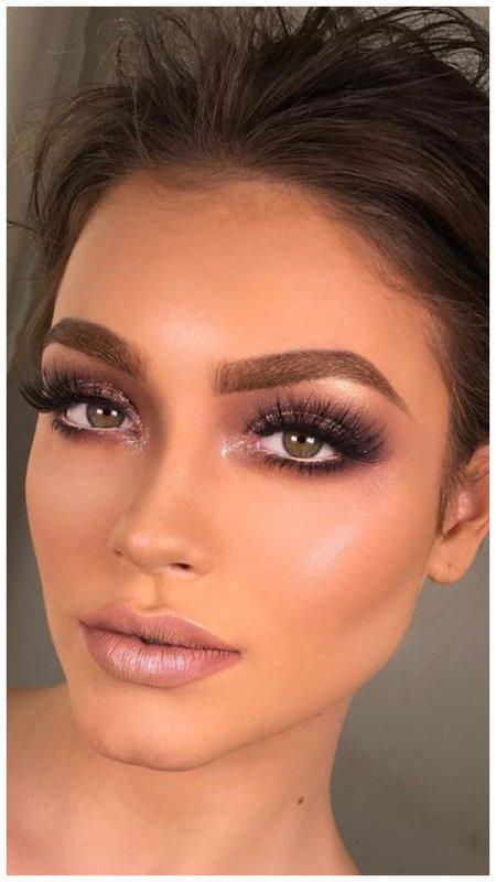Блестящий макияж в розовых тонах для зеленых глаз