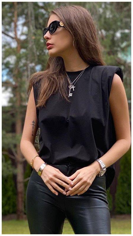 Топурия в черном образе