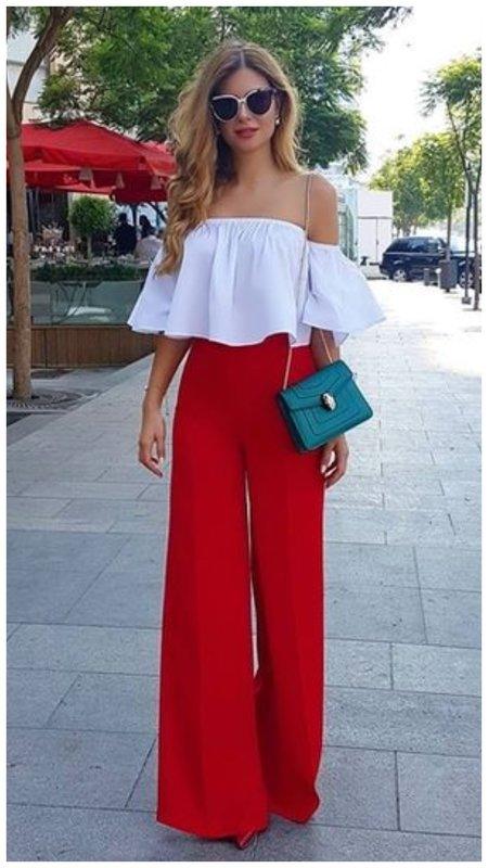 Красные брюки и белый топ