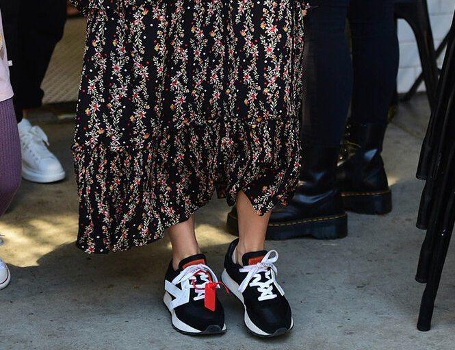 Эшли Симпсон в платье с кроссовками