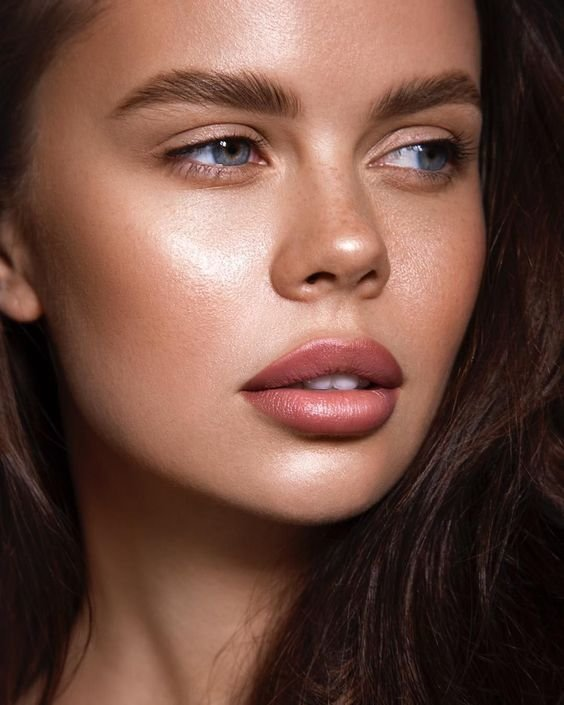 Девушка с натуральным макияжем