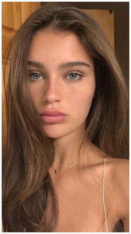 Красивая девушка с зелеными глазами
