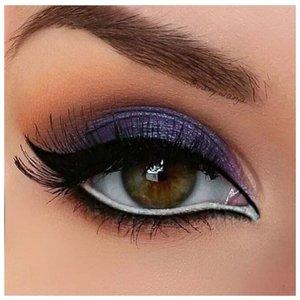 Востояный макияж для зеленых глаз с двойной белой стрелкой