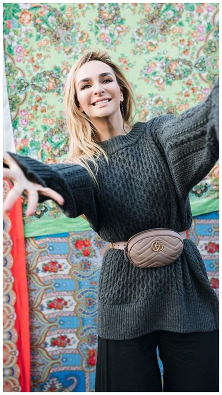 Екатерина Варнава в огромном свитере