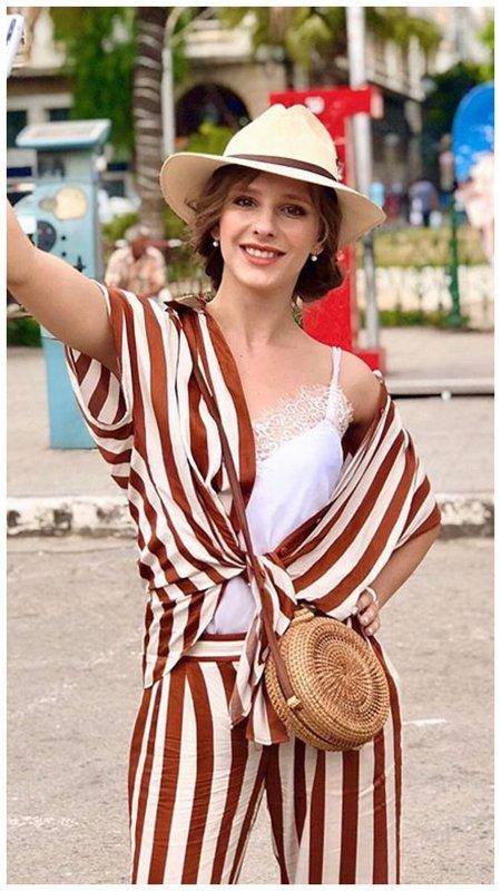 Лиза Арзамасова в красивом летнем костюме
