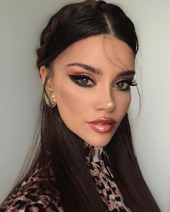 Красивая девушка со стрелками на глазах