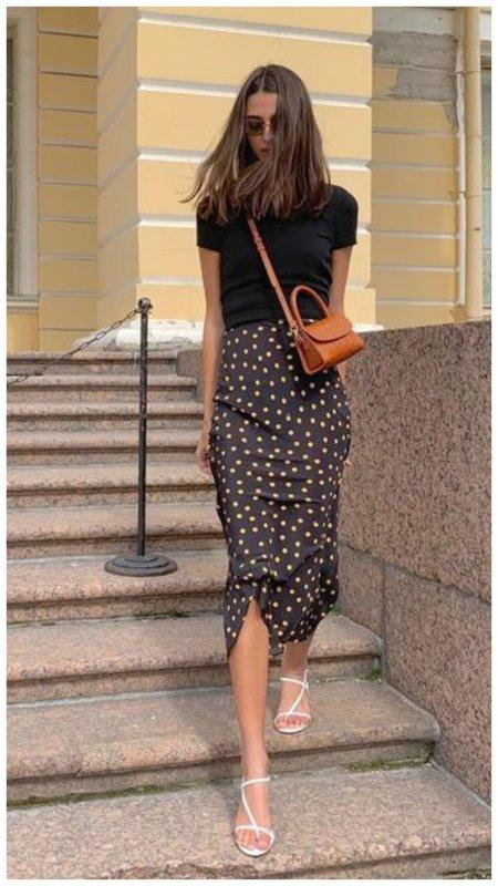 Черная футболка и длинная юбка