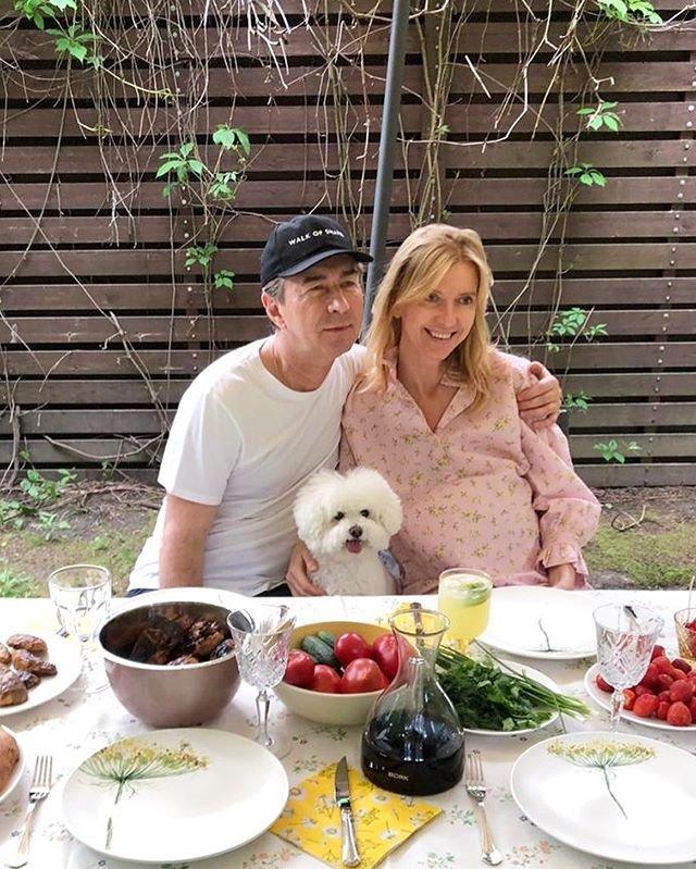 Валерий Сюткин с беременной женой за столом
