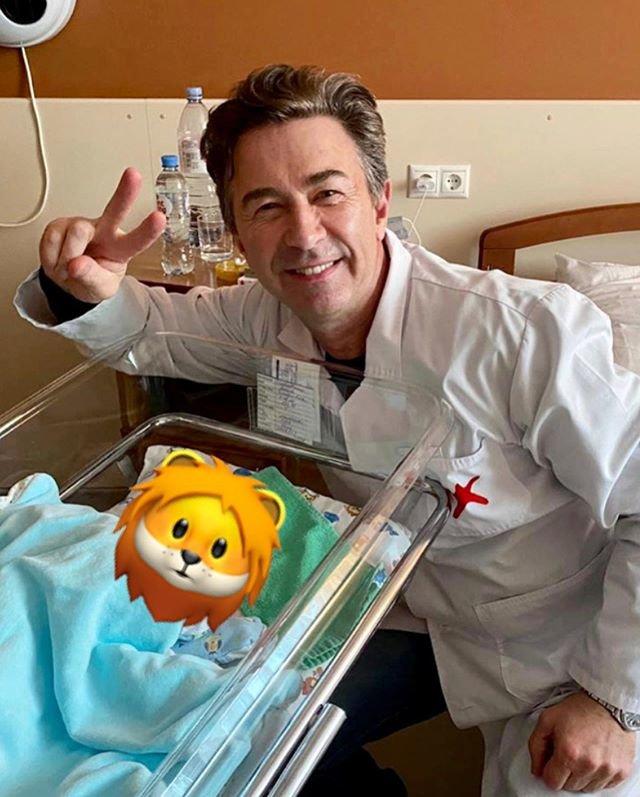 Валерий Сюткин с новорожденным сыном