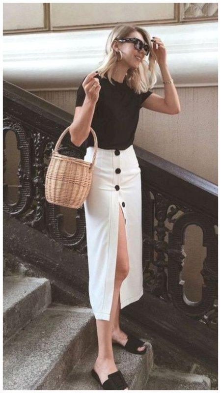 Черная футболка и белая юбка