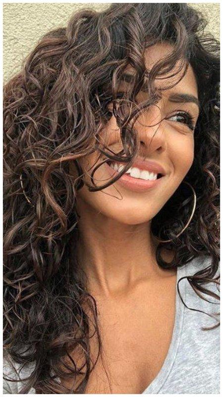Красивая девушка с кудрявыми волосами